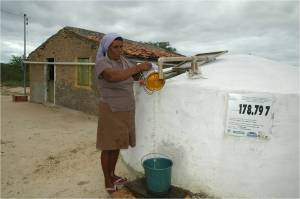 Dona Maria com sua cisterna