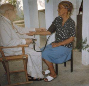Pater Alfred examiniert eine Patientin