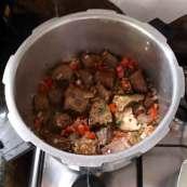 Fleisch mit Zwiebeln, Tomaten, Knoblauch und Kräuter