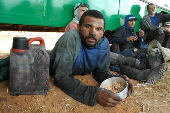 Erntehelfer beim Mittagessen (Foto: João Zinclar)
