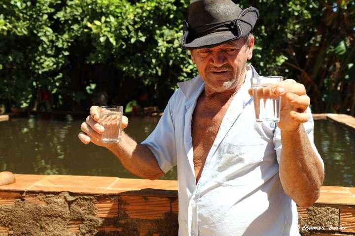 Seu-Osvaldo-mostrando-a-água_2